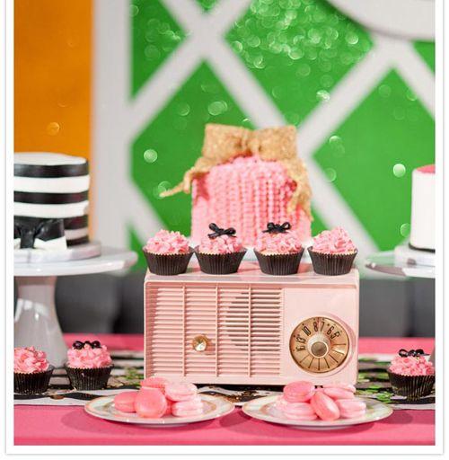 Una alegre mesa de tartas para una fiesta años 50, via blog.fiestafacil.com / A cheerful cake table for a 1950s party, via blog.fiestafacil.com