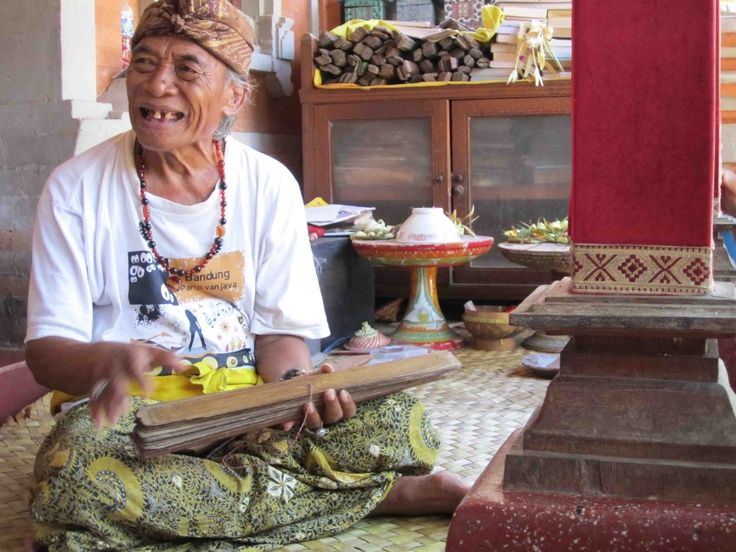 """Ketut diz: """"As pessoas em Bali acreditam que para serem felizes precisam saber onde estão a todo instante. Aqui é o equilíbrio perfeito, o encontro entre o céu e aterra. Não tem muito deus não tem muito egoísmo, a vida muito louca perde equilíbrio, perde energia"""". """"De manhã faz meditação, da Índia, sério, muito sério, de dia você aproveita bali. À tarde vem me ver, à noite faça uma nova meditação. Silêncio e sorria, sorria com o rosto, com a mente , com o fígado"""". Até mais , minha amiga…"""