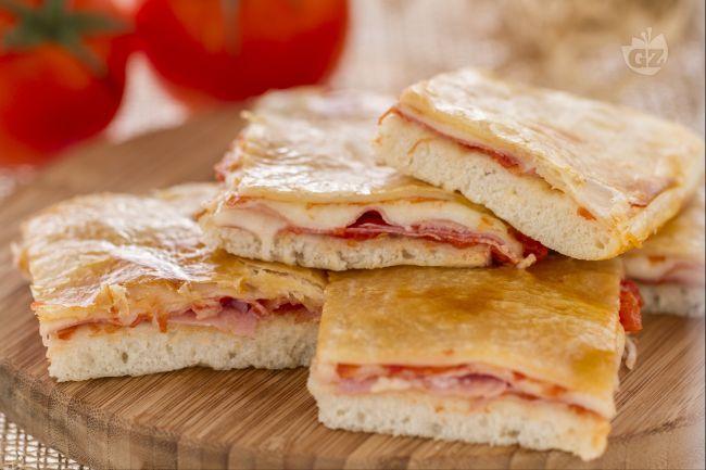 La parigina è una pizza rustica di origine napoletana, preparata con la pasta della pizza farcita e poi coperta con una croccante pasta sfoglia.
