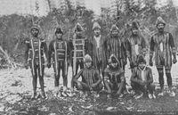 Hombres selk'nam pintados con tari, dibujos totémicos usados en la danza del Kewánix