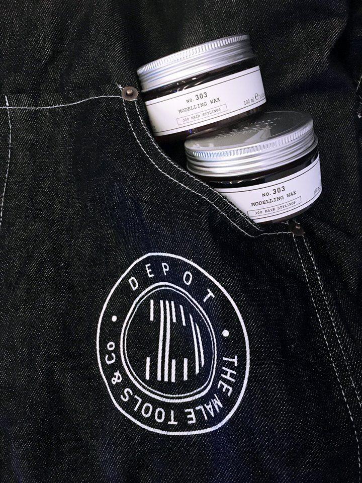 ¿Buscas un producto de styling masculino con una sujeción fuerte, flexible, duradera y que puedas re-modelar durante el transcurso del día? ¡Elije la cera moldeadora flexible NO. 303 de DEPOT con aceite de coco y extracto de hojas de té negro!
