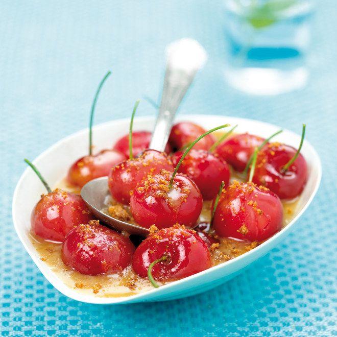 Une super recette minute : des cerises à peine poêlées dans un peu e sucre roux avec un peu de chapelure de speculoos pour l'effet gourmand, servez avec une boule de glace, miam !