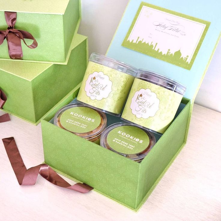 OPEN FOR PRE-ORDER! Untuk lebaran nanti @kookies.bdo menyediakan hamper atau parcel yang menarik! Hamper nya berisi: - 2 homemade kookies - 1 choco ball - 1 fruit jelly - 1 exclusive hard box - 1 personalized Lebaran card . FREE SHIPPING (*max 10km within Bandung) for @kookies.bdo 's followers. . Tersedia juga hamper ukuran Kecil yang berisikan dua homemade kookies!