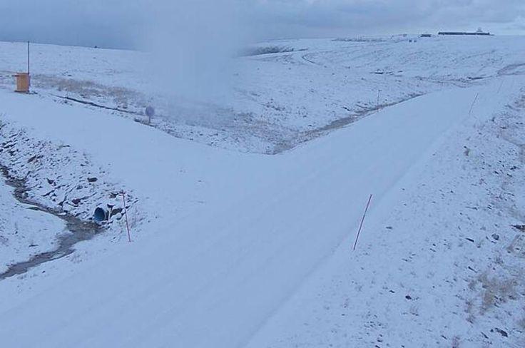 VINTEREN HAR KOMMET I NORD-NORGE. Vanskelige forhold i nord. Snø og isdekte veier, mange i grøfta. 03.10.2015.