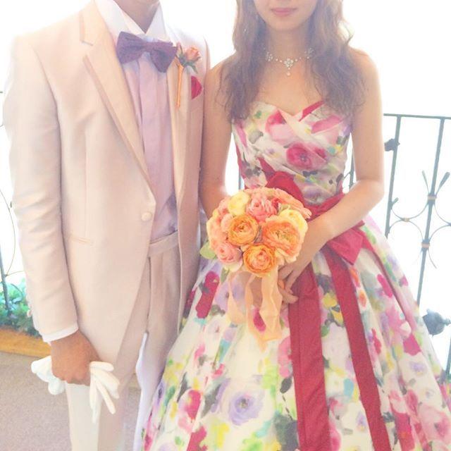 可愛らしい花柄のプリントドレスに、蝶ネクタイを合わせたスタイル。ビビットなオレンジのブーケが印象的です。  #yumikatsura #katsurayumi  #桂由美 #パステル #ピンク  #wedding #welcome #cute #brides #nishikiya  #eveningdress #colordress #dress #party #weddingtbt #weddingparty #結婚 #結婚式 #日本中のプレ花嫁さんと繋がりたい #カラードレス #カクテルドレス #ドレス #ウェルカムスペース #プレ花嫁 #結婚準備 #ドレス試着 #錦屋 #錦屋花嫁 #岡山花嫁 #倉敷花嫁