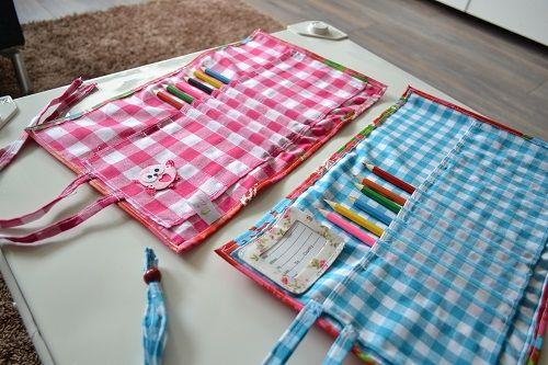 Oprolbare etuis van tafelzeil en een fleurig geblokt stofje! In roze of blauw! 11,95!