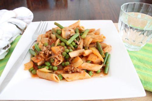 Volkoren pasta bolognese met doperwten en  sperziebonen