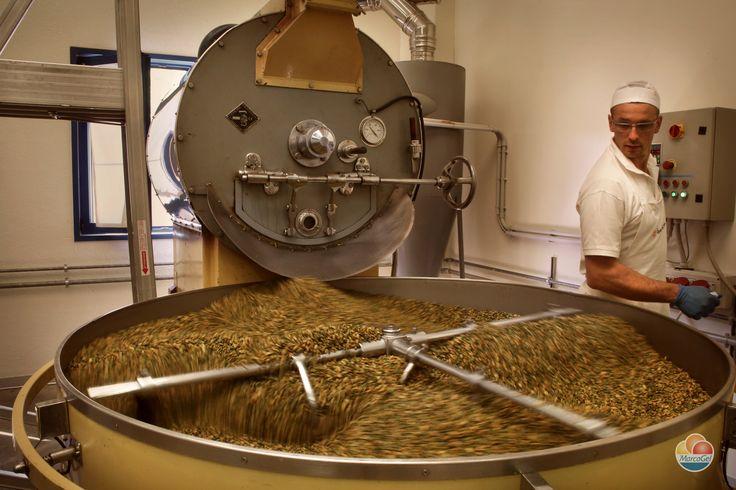 La tostatura dei #pistacchi nel nostro laboratorio http://www.marcagel.com