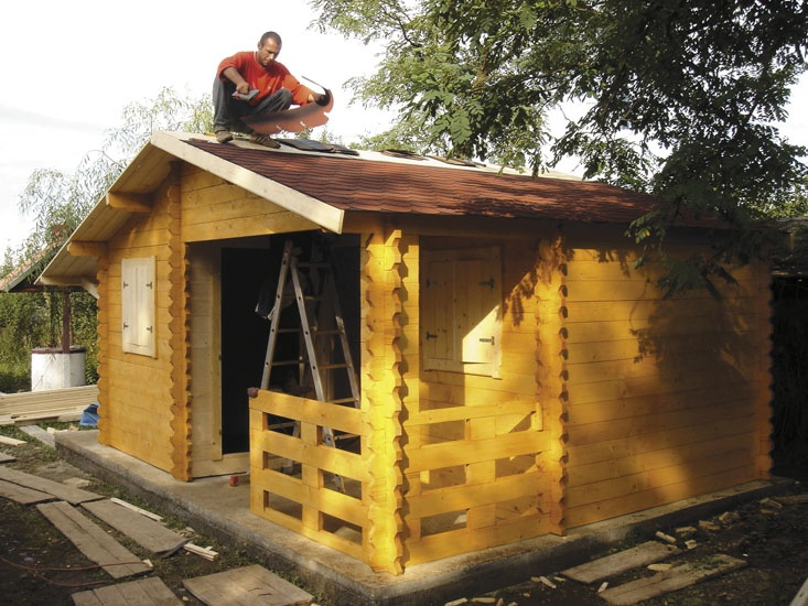 """Casuta """"Dana"""" -       executata din elementi lemn masiv îmbinati dublu nut-feder, cu chertare la capete, grosime elementi 40 mm      usa lemn, ferestre      pe acoperis se monteaza sindrila bituminoasa in culoarea aleasa de Dvs.      lemnul este protejat cu bait ( protectie la umiditate, temperatura, UV, carii, mucegaiuri, ciuperci) in culoarea aleasa de Dvs."""