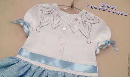 Купить или заказать Авторское комбинированное платье для девочки 'Снежинка' в интернет-магазине на Ярмарке Мастеров. Нарядное платье для девочки 'Снежинка' в моей любимой технике комбинирования вязания и ткани. Топ с ажурным узором связан на спицах, юбочка из тонкого хлопка обвязана тонким крючком. К платью отдельно сделана нижняя пышная юбка из фатина. Особую изюминку платью придают атласные ленты в тон юбки и завершает композицию нежный бант. В таком платье Ваша девочка почу...
