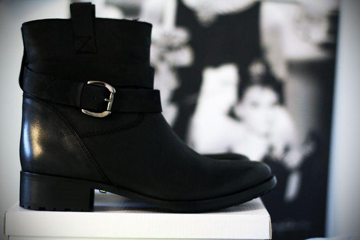#black #metal #heel #shoes #cool #fashion #outfit     VIA: www.ireneccloset.com