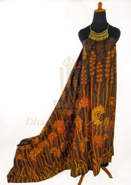 IDR. 700k | Kain Batik Tulis Warna | Motif Kembang Sogan | Ukuran kain: 2,50m X 1,10m | Kode: 011  | Note: Harga item tidak termasuk kalung yang tertera pada gambar.  | #batik #dhamparkencono #batiktulis #java #indonesia #sale #boutique