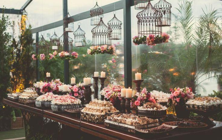 Gaiolas usadas na decoração aérea da mesa de doces - Decoração - Foto Renata Xavier