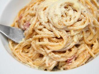 Carbonara spagetti recept: A Carbonara nevét az olasz szénégetőkről kapta, tágabban értelmezve a Carbonari mozgalomról. Az alábbi recept egy magyar ízlésvilágra formált tejszínes carbonara. Jó étvágyat!