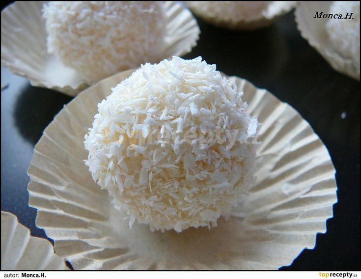 """Mandle spaříme vroucí vodou a oloupeme.Salko (hned """"syrové"""" - nevaří se) smícháme s kokosem tak, aby vznikla hustší hmota. Osvědčilo se..."""