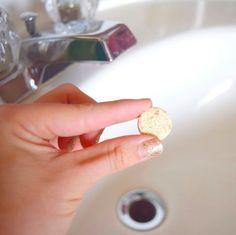 Destapa la tubería de cualquier lavabo o fregadero con una pastilla de Alka-Seltzer. | 17 Brillantes trucos de limpieza que aprendimos de Instagram