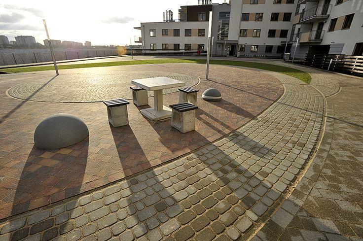 dziedziniec w słońcu i zielona trawa - grudzień 2014 http://www.budimex-nieruchomosci.pl/warszawa-osiedle-pod-sloncem-2/