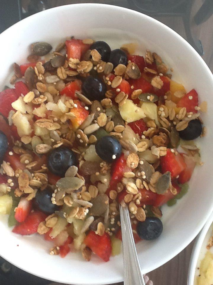 Neem je halfvolle yoghurt en doe deze in de blender samen met een schijf vers maar bevroren ananas en een lepeltje agavesiroop. Doe in je kommetje en werk af met aardbei, kiwi,banaan,peer,mango en bosbessen. Voor extra crunch voeg nog wat granola toe. Smakelijk.