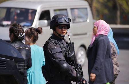 4月30日、中国の新疆ウイグル自治区ウルムチの鉄道駅で発生した爆発事件で、人民日報は死亡者のうち2人が実行犯だと報じた。写真は駅周辺で警備に当たる警官(2014年 ロイター/Petar Kujundzic)