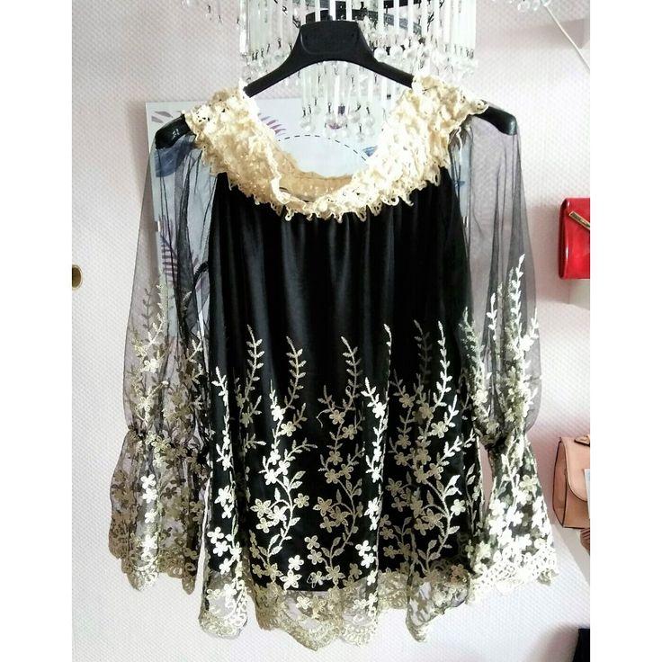 Blusa con bordado de flores en la parte inferior y en el cuello en color negro.