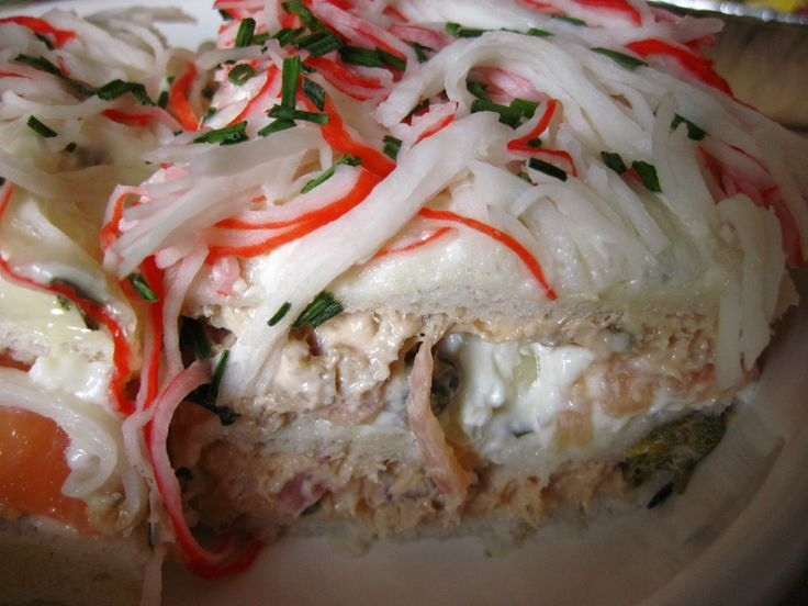 Een vistompouce. 3 laagjes witbrood in gelijke rechthoeken gesneden (maar kan natuurlijk ook in andere vormen). Onderste laagje is tonijnsalade, de 2-de laag is zalmsalade van gerookte zalm en als laatste mayonaise/crème fraîche met crab/surimi en verse bieslook.