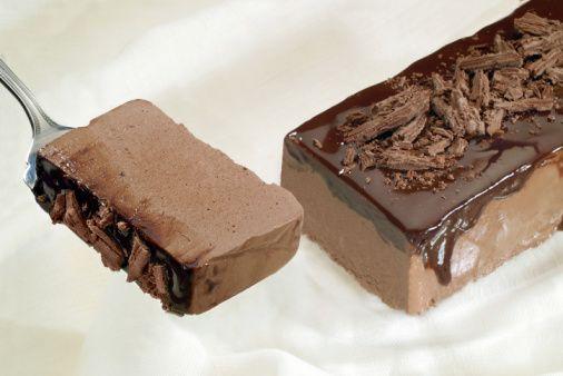 E' un incrocio tra una torta ed una mousse anche se io la definirei un semifreddo o al massimo un dolce al cucchiaio. Sto parlando della torta mousse al cioccolato di Cotto e Mangiato, uno di quei dolci che non dimentichi facilmente, al cioccolato, con una glassa anch'essa al cioccolato, dalla consistenza cremosa, che si…
