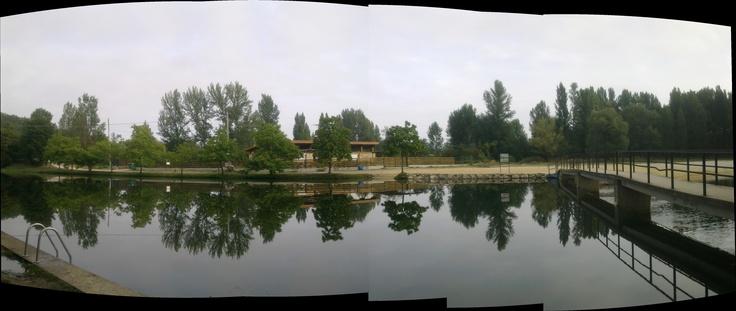 Las dos villas, en la zona de las piscinas naturales del rió Nela