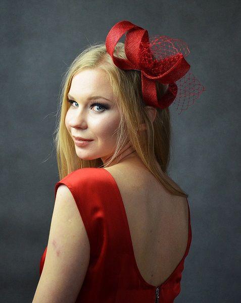 Elegancka i seksowna ozdoba do włosów - fascynator w kolorze czerwonym...  Dostępny w Madame Allure.