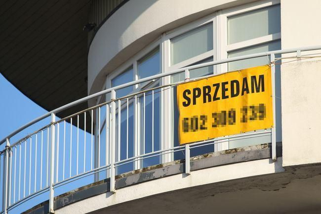 Osoba prywatna, która szybko kupuje i sprzedaje nieruchomości, musi liczyć się z tym, że fiskus potraktuje ją jak podatnika VAT.  http://www4.rp.pl/Nieruchomosci/310239990-VAT-zakup-i-sprzedaz-wielu-nieruchomosci-to-dla-fiskusa-dzialalnosc-gospodarcza.html