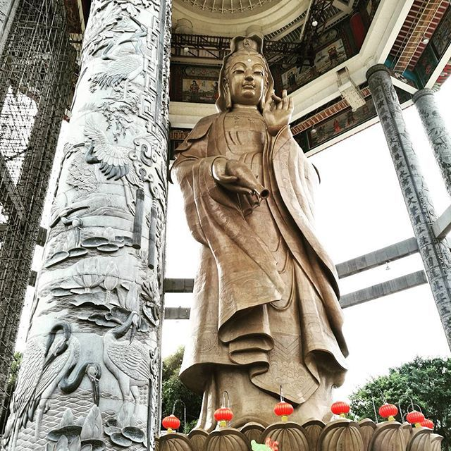 【astvnson】さんのInstagramをピンしています。 《Kek Lok Si (Temple of Supreme Bliss) in Penang, Malaysia, beholds the tallest statue of Guanyin in the entire world standing at 30.2 metres (99ft). #kekloksi #templeofsukhavati #templeofsupremebliss #buddhisttemple #penang #malaysia #buddhism #bodhisttava #goddessofmercy #guanyin #1890 #architecture #decoration #chineselamp #tower #极乐寺 #观音 #菩萨 #建筑 #灯笼 #马来西亚 #槟城 #装饰 #巴哈马艺术家 #时间 #平安 #森林 #astvnson #bahamianartist》