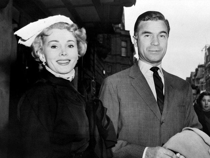 Hollywood-legende Zsa Zsa Gabor is overleden. De Hongaars-Amerikaanse actrice is 99 jaar geworden. Ze speelde in meer dan 70 films, maar werd vooral bekend door haar extravagante levensstijl en uitspattingen. In februari zou ze honderd jaar oud geworden zijn. Met haar negen huwelijken is Gabor een van de meest legendarische liefdespartners van Hollywood. Ze scheidde …