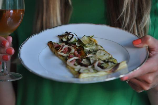 Skład: 1 opakowanie gotowego ciasta francuskiego 2-3 cukinie 3-4 łyżeczki pesto Rosso (z pomidorów i bazylii) 2 cebule, pokrojone w plasterki 250 g wędzonego boczku suszony tymianek do posypania 2-3 łyżki oliwy z oliwek tłuszcz do posmarowania blachy do pieczenia sól i pieprz A oto jak to zrobić: 1. Rozwałkowujemy gotowe ciasto francuskie i rozkładamy …
