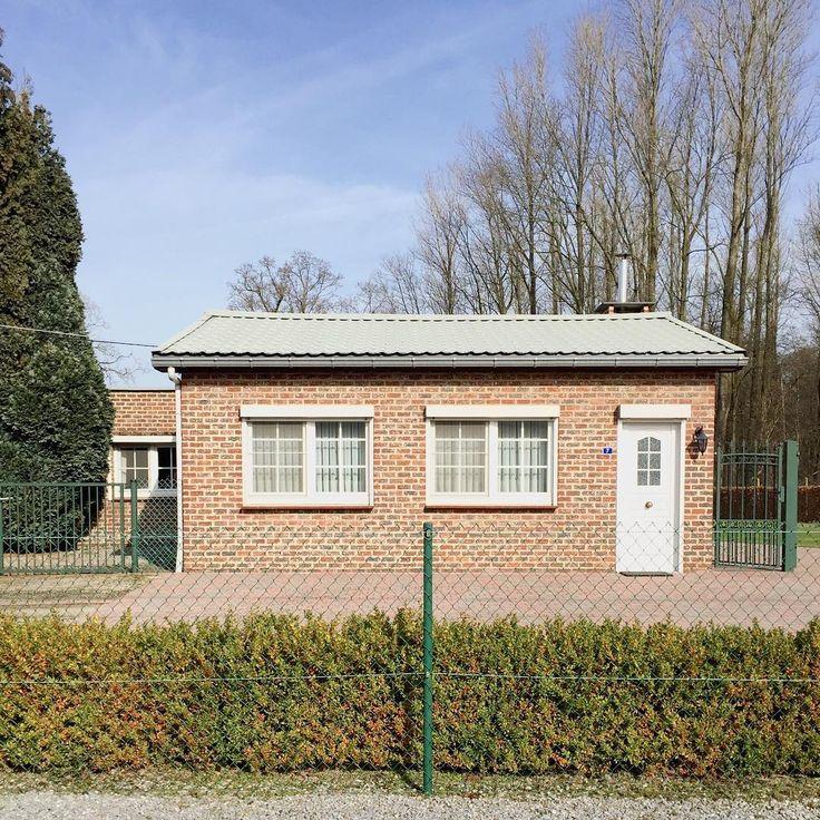 vlaams palet. #coniferen #klinkers #golfplaten #pvcramen & #blaffeturen / #typical #flemish #frontyard #materials #lowmaintenance #gardening / #tinyhouse #laflandreprofonde #architecture #flemishstyle #facadelovers