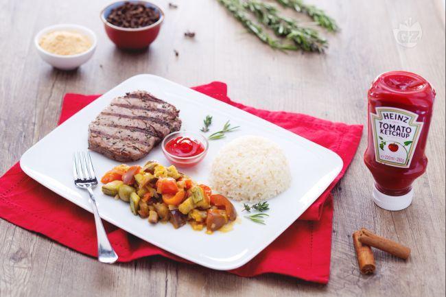 Grilled beef speziato con riso pilaf e verdure primaverili