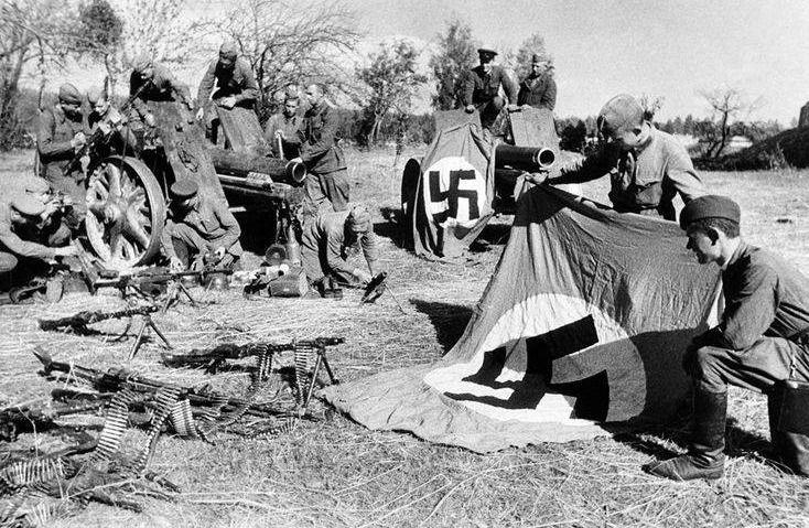 Советские солдаты рассматривают трофеи.