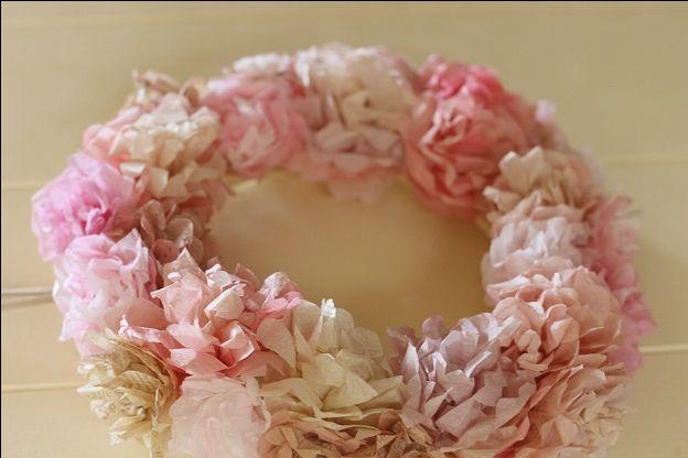ペーパーナプキンを使って作るフラワー、略してペパナプフラワーをご存じですか?材料は100均のペーパーナプキン。折って、留めて、カットして開く。たったそれだけでとっても素敵なお花が作れるんです♡リースやトピアリーにアレンジすれば、結婚式のディスプレイにもぴったり!モチロンお部屋のインテリアにしても素敵です◎プレ花嫁さん必見のハンドメイド、ペパナプフラワーの作り方とアレンジ法をご紹介します♡