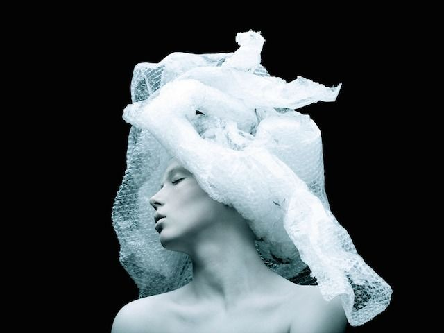 Fashion photographer Tomaas made this series of portraits depicting women wearing hats and dresses made with daily assembled objects such as plastic forks or cellophane. The dark atmosphere and the white complexion of models make this series fantastic and mystical. To discover.