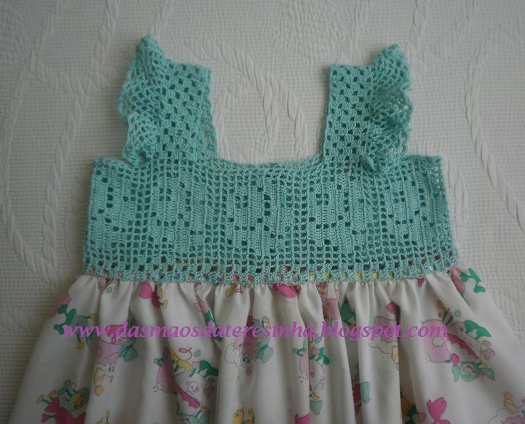Limitei-me a aplicar o croché no tecido para fazer este vestidinho.     O mérito deste lindo peito de croché deve-se à minha querida amig...