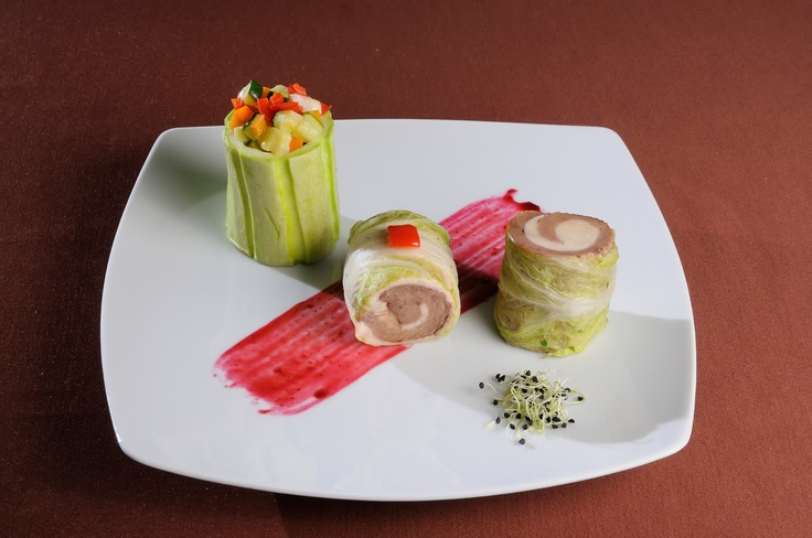 GUSTARE CALDA - Rulada din piept de pui si piept de rata la cuptor invelita in varza creata sote* Cannelloni de dovlecel cu ragu de legume