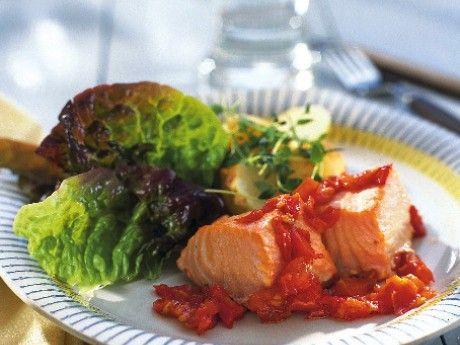 Recept på ugnsbakad lax med tomater. En fet fisk som lax ger höga fettsiffror när den näringsberäknas. Låt dig dock inte avskräckas eftersom det är precis det nyttiga fleromättade fettet som vi behöver.