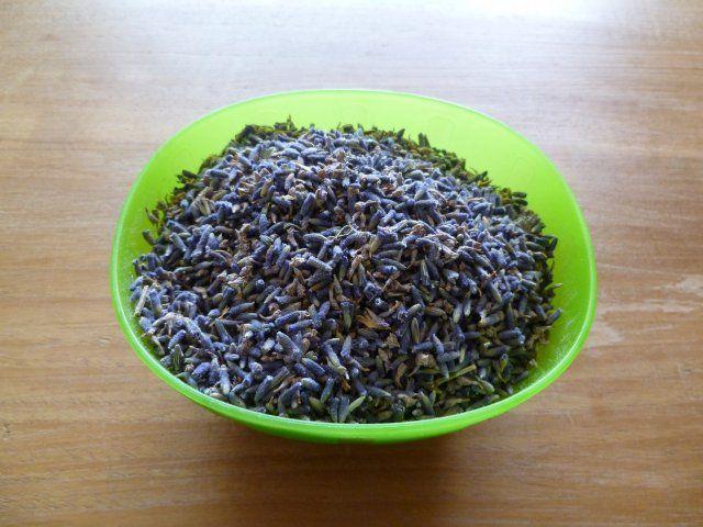 De afgelopen week heb ik lavendelolie gemaakt met verse lavendelbloemen en olijfolie van biologische teelt. De olijfolie is uit de eerste p...