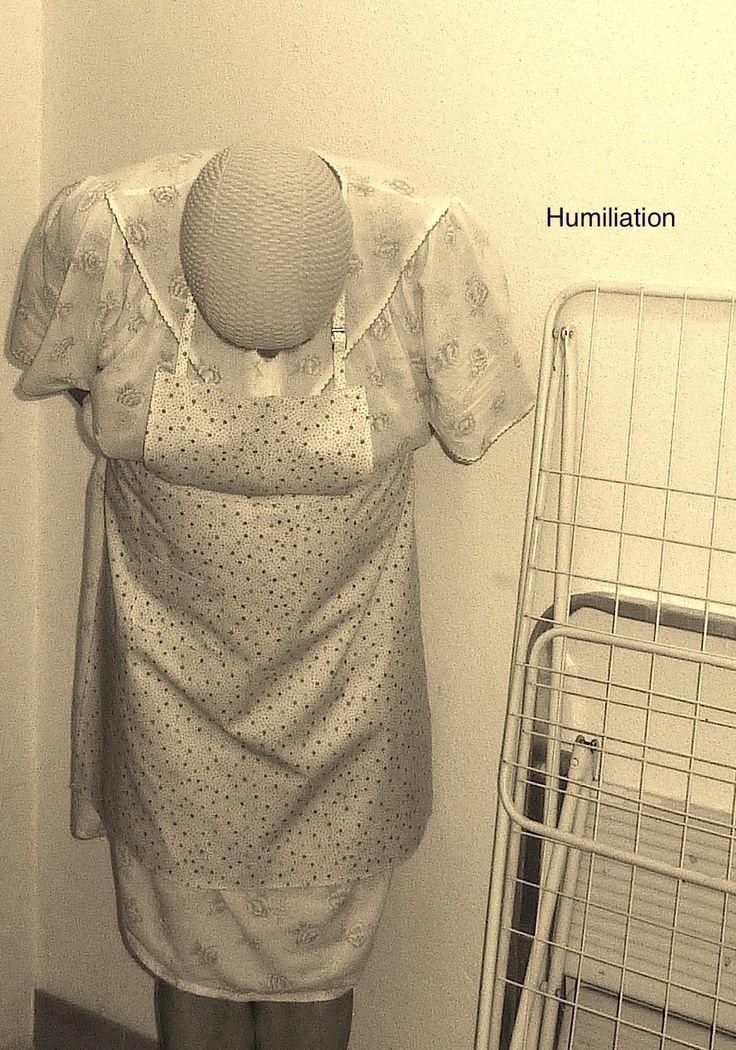 Arme auf den Rücken gebunden, nach vorne gebeugt im Damen-Nachtkleid ...