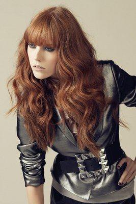 Pony - Philips Haircare - Trendfrisuren, Frisurentrends, Hairstylings, Frisuren,Styling-Ideen - © Philips Bei diesem Look von Philips Haircare werden tolle Wellen ins Haar gezaubert, die im Kontrast zu dem kompakten, glatten Pony stehen! Frisurenberatung