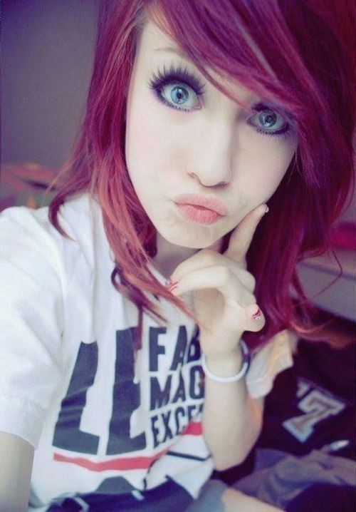 I love the color of her hair. She's gorgeous and has really pretty eyes :3