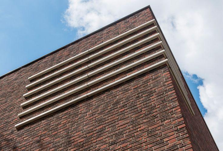 Villa Van der Heyden kent een horizontaal lijnenspel met opvallende betonnen accenten.