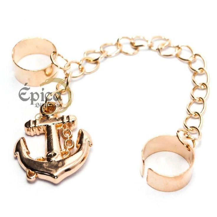 Brinco de pressão na cor dourado estilo marinheiro com uma âncora pendurada.