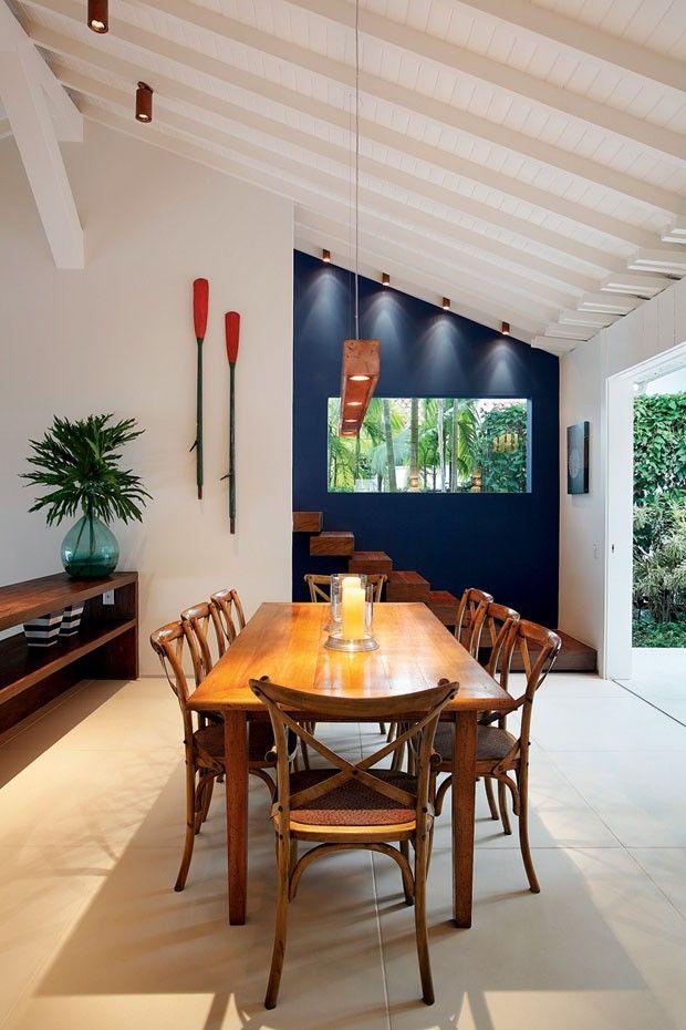Casa litorânea mescla paredes brancas e madeira