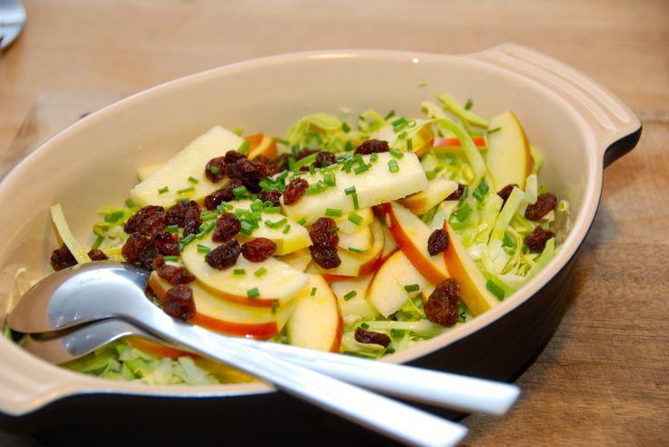 Opskrift på en virkelig god spidskålssalat, der laves med æble og rosiner. Salaten får også lidt frisk purløg, samt citronsaft og olie. Til spidskålssalat med æble til fire personer skal du bruge: Et halvt spidskål - gerne