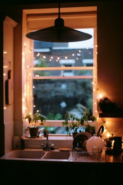 Cute little window ....: Kitchens Interiors, Kitchens Window, White Lights, Fairies Lights, Christmas Lights, String Lights, Cozy Kitchens, Small Spaces, Kitchens Sinks
