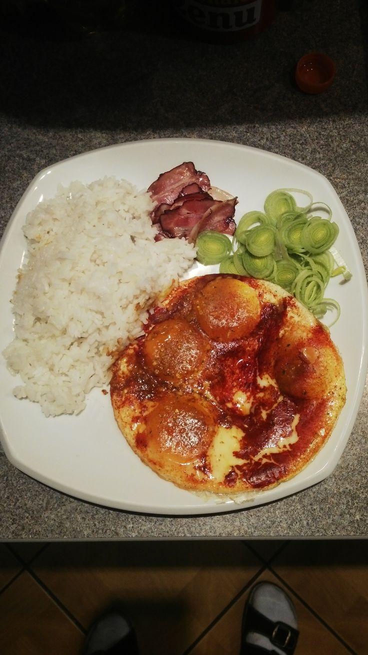 Osmahnul jsem slaninu. Pak jsem přidal 4 vajíčka, tak abych nerozbil žloutek. Přidal vegetu a kurkumu (to červený). A přikril talířem. Pará udělala žloudky z hora, ale ve vnitř zůstali na hnělíčko. Rýže parboiled. Za 20 min celá příprava a vaření.